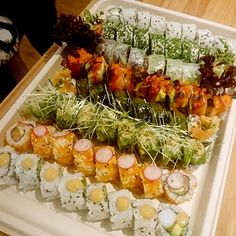 Sushi Catering, Cobb Salad, Table Decorations, Food, Home Decor, Interior Design, Home Interior Design, Meals, Dinner Table Decorations