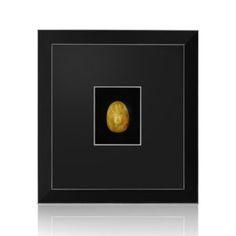 Kolekcja Horfes Home Collection to ponadczasowe piękno użytkowe, wykorzystujące największy dar natury, jakim jest bursztyn. Jantar jest doceniany na całym świecie, a przede wszystkim w Azji, stanowiąc szlachetny kamień Buddy. Złocisty bursztyn, przełamany mlecznym refleksem, idealnie podkreślił głębię, perfekcyjnej pracy artysty.Dlatego też, bursztyn szlifowany precyzyjnym reliefem ukazuję bogatą i tajemniczą kulturę oraz religię Chin. Wyjątkowa rzeźba przedstawiająca buddę, podkreśli każde…
