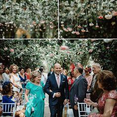 Chuva de flores!  Lindo corredor de flores que, segundo o fotógrafo, deram um ar mágico à cerimônia. Para casamentos ao ar livre, essa é uma simples e delicada ideia, ainda mais agora na primavera, com flores florindo, para colorir e enfeitar todo o espaço. Super inspirador para as noivas que gostam do estilo mais romântico. Fica um charme!  Uma cerimônia regada a flores e muito amor!  {via @forrajefilms website} #corredordeflores #flores #cerimonia #casamento #casamentoaoarl...