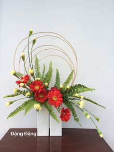 images of ikebana flower arrangement Contemporary Flower Arrangements, Creative Flower Arrangements, Tropical Floral Arrangements, Ikebana Flower Arrangement, Church Flower Arrangements, Ikebana Arrangements, Beautiful Flower Arrangements, Fresh Flower Arrangement, Altar Flowers