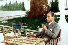 Atatürk'ün karga kovaladığını bilirdik ama, 5.000'e yakın kitap okuduğunu bilmezdik. Laikliğini az çok bilirdik ama, Kurtuluş Savaşı sırasında Yunanlılarca yıkılıp ahır yapılan yüzlerce Camiyi tamir ettirdiğini bilmezdik. İçki içtiği hep söylenirdi ama, Kuran'ın ilk gerçek tefsir ve tercümesini yaptırmak için verdiği mücadeleyi hiç duymadık. Atatürk'ü seviyorum çünkü Ne koyu bir sağcı kadar faşist, Ne de koyu bir solcu kadar komünist ruhluydu. Ne camiye inançsız girecek kadar dinsiz, Ne de…