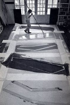 Kenneth Noland –One of the kings of the postwar Colour Field School of Painting - artist at work. Famous Artists, Great Artists, Artist Art, Artist At Work, Kenneth Noland, Art Et Design, Colour Field, Art Moderne, Monochrom