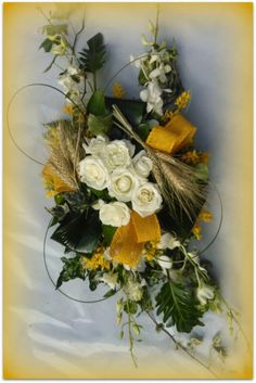 Centrotavola rose, orchidee - Fiori a Gorizia. Rose bianche, orchidee, spighe e verdi decorativi. #Fiori #Gorizia