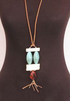 Este colar está maravilhoso! Irá bem com qualquer look e com certeza fará toda a diferença. <br>Mistura de materiais, marfim, resina e cordão em couro marrom claro. <br>Peça única.