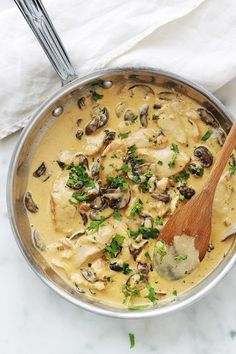 Sliced ​​chicken with creamy mushroom sauce - Cuisine - Chicken recipes healthy Meat Recipes, Healthy Dinner Recipes, Crockpot Recipes, Creamy Mushroom Sauce, Food Tags, Chicken Parmesan Recipes, Healthy Eating Tips, Food Inspiration, The Best