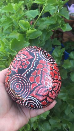 Home decoration souvenir from Australia paintings boho Australian Indigenous art inspiration-rock painting Stone Art Painting, Dot Art Painting, Rock Painting Designs, Pebble Painting, Pebble Art, Mandela Rock Painting, Mandala Painted Rocks, Mandala Rocks, Hand Painted Rocks