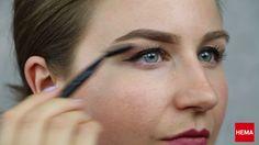Wenkbrauwen laten je gezicht spreken, maar het kan best lastig zijn om ze de juiste vorm te geven. In deze tutorial laten we zien hoe je heel eenvoudig je wenkbrauwen perfect kunt stylen met de producten van #HEMA. #beauty #make #up #diy #eyebrows