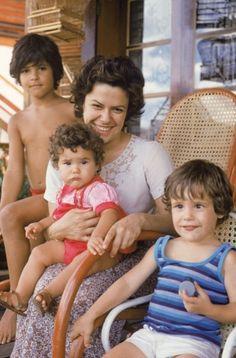 Família reunida: Elis com Maria Rita no colo e João e Pedro, no início de 1979.