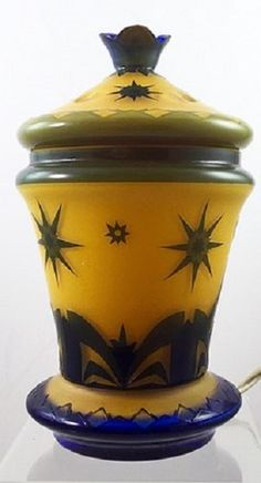 ...a lamp in citrongelb aussen dunkelblau (lemon yellow with an outer layer of dark blue). The production number is unknown, but the acid cutback decoration closely resembles the designs of Marey Beckert-Schider