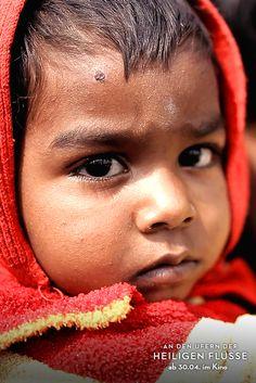 Indischer kleiner Junge beim Vermisstenzentrum 2013 in Allahabad während des KUMBH MELA (größtes religiöses Festival der Welt). (Filmstill)
