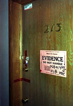 this picture shows a picture of a crime scene. when Steve Harmon supposedly had something to do with a murder, the liquor store immediately become a crime scene as soon as the gun shot through mr n. Paranormal, Famous Murders, Jeffrey Dahmer, Evil People, Creepy People, Interesting History, Scene Photo, Serial Killers, True Crime