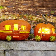Create a car and camper out of pumpkins! Download the free carving pattern here: http://www.bhg.com/halloween/pumpkin-decorating/cool-pumpkin-carving-ideas/#page=7 Pumpkin Carving Tools, Pumpkin Carving Templates, Amazing Pumpkin Carving, Printable Pumpkin Stencils, Halloween Pumpkins, Pumpkin Art, Evil Pumpkin, Minion Pumpkin, Pumpkin Ideas