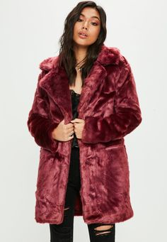 Burgundy faux fur coat with collar with lapels, side hidden pockets and front fastening with hook and eye.