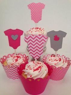 cupcakes avec une déco sur le thème vêtement bébé idée pour la baby shower