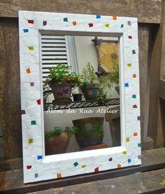 Espelho com moldura de mosaico, na espessura de 4 cm. . Trabalho feito com cacos de pastilhas de vidro. Medida: 40 x 30 cm.