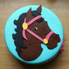 24 cm biscuit met paard van fondant en rozet aan zijkant
