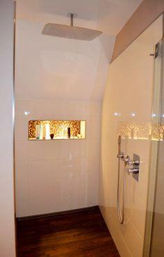 Bodenebene Dusche mit Holzoptikfliesen
