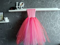 """Chyba nie ma szybszego sposobu na """"uszycie"""" sukienki dla dziewczynki. Która z nas nie marzyła o takiej sukni balowej będąc dzieckiem? Ja bardzo! A jeśli już miałam ładną suknię to mogłam ją zakładać tylko na specjalne okazje, a bawiąc się w Kopciuszka owijałam się prześcieradłem 🙂 Ta sukienka jest tania i robi się ją błyskawicznie. …"""