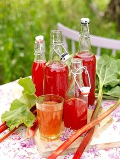 Rabarbersaft blir vackert röd och läskande. I receptet ingår också jordgubbe, lime och vanilj – mums!