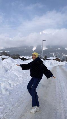may // winter Ski Fashion, Look Fashion, Fashion Outfits, Mode Au Ski, Skiing Workout, Skiing Quotes, Ski Gear, Ski Season, Winter Photos