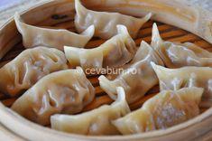 În japoneză se numesc gyoza. Sunt de origine chinezească (colțunașii chinești sunt foarte asemănători) și se pot găti fierți, la aburi, prăjiți în baie de ulei sau la tigaie. La fel de variate pot fi și umpluturile – cu carne, cu legume, ca mai toate tipurile de dim sum. Dim Sum, Chinese Food, Asian Recipes, Garlic, Good Food, Food And Drink, Cooking Recipes, Vegan, Vegetables