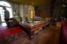 Osa huoneista on sisustettu marokkolaistyyliin. Versace Mansion, Gianni Versace, Mansions, Table, House, Furniture, Home Decor, Morrocan Food, Morocco