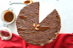 Grab a spoon and indulge in this decadent Caramel Salted Tart made with three irresistible layers. Let your fridge do all the work this time. Salted Caramel Chocolate Tart, Chocolate Topping, Chocolate Caramels, Chocolate Desserts, Chocolate Cake, Cranberry Cheesecake, Vanilla Bean Powder, Dessert Cookbooks, Homemade Caramel Sauce