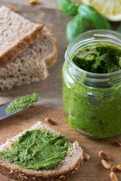 Recept om basilicum/rucola pesto te maken. Zonder kaas natuurlijk. Lekker voor bij carpaccio of rosbief