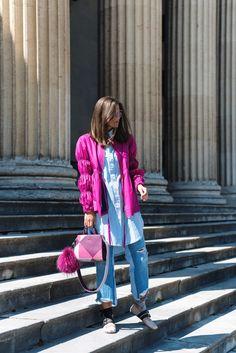 Nina Schwichtenberg trägt einen Jeans Allover Look, dazu Aigner Tasche, Miu Miu Lackleder Ballerinas und Cartier Love Bracelet. Mehr auf www.fashiioncarpet.com