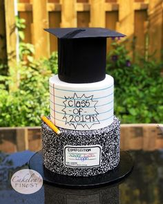 We had three graduations last week in my family! My eldest graduated grade, my youngest grade and my nephew kindergarten! Pretty Cakes, Beautiful Cakes, Amazing Cakes, Graduation Party Planning, Graduation Party Decor, Graduation Cake Designs, Graduation Centerpiece, Graduation Cupcakes, Pear And Almond Cake