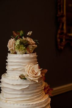 Love the cake ruffles. (not crazy about those flowers though)