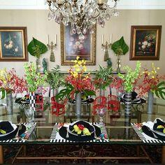 Mesa vista de frente! Usei os lindos vasos de cerâmica de listras preta e branca do @ateliedenisestewart e os jogos americanos da @obelonopapel .. #APLTdesign #tabledecor #tabledesign #floressempre #folhagenstb #adoroumamesabonita #lovemyjob