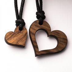 Herz Pärchen - 3in1_diy_schmuck Holzschmuck aus Naturholz / Anhänger Dremel Wood Carving, Wood Carving Art, Wood Art, Wood Carving Designs, Wood Carving Patterns, Wood Craft Patterns, Wooden Keychain, Chip Carving, Wood Resin
