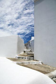 Increíble cielo al final del camino en Pyrgos, ubicado en Santorini, Grecia
