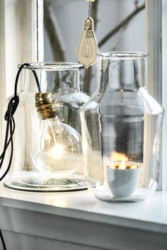 Een mooi inspiratieplaatje, hoe krijg je snel veel sfeer tijdens de donkere dagen. Je leest het op http://www.stijlhabitat.nl/inspiratiezaterdag-no-16/ inspiratie, glas, licht, vaas, vensterbank