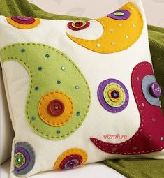 I want to make tese Paisley Felt Applique Pillows! Applique Cushions, Sewing Pillows, Felt Applique, Diy Pillows, Decorative Pillows, Felt Cushion, Felt Pillow, Patchwork Cushion, Fabric Crafts