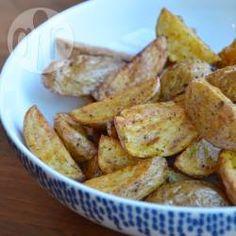 Gebakken aardappeltjes zijn nog nooit zo makkelijk te maken geweest als met de airfryer! Je hebt maar heel weinig olie nodig en ze de aardappels hoeven maar 15 minuten in de airfryer. Je hoeft de aardappelen niet voor te koken. Snel en makkelijk!