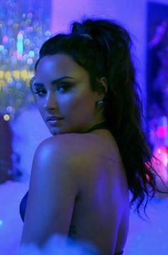 Demi Lovato ✾ back side beauty The blues man Demi Lovato Body, Cuerpo Demi Lovato, Demi Lovato Style, Demi Lovato Without Makeup, Demi Lovato Hair, Selena Gomez, Beautiful Celebrities, Beautiful Women, Demi Love
