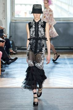Giambattista Valli Spring 2020 Ready-to-Wear Fashion Show - Vogue Vogue Fashion, Fashion Week, Runway Fashion, Spring Fashion, Fashion Outfits, 2020 Fashion Trends, Fashion 2020, High Fashion, Haute Couture Style