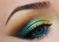 maquillage yeux bleus avec fards à paupières en marron bleu jaune et vert menthe
