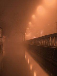 ....... esprime di più una luce tra le nebbie , che un sole accecante...... La nebbia ti fa vedere dentro la tua immaginazione ciò che si vede .........e la interpreta..... ....la mia Milano dei sogni.....