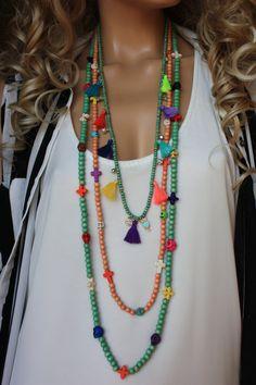 J'ai utilisé la menthe ton 4-6-8 mm en bois perles, Pierre howlite de couleur vive, argent perles de verre cz, pompons en coton 1, silvertone bell, cordon coton et charme en zircone. Le sturung de perles sur cordon turquoise. Mesures ; Long : 43 pouces Taille moyenne ; 38 pouces Court : 30inches Vous pouvez le porter comme un ensemble de collier ou un, deux avec un autre colliers ou vous pouvez enrouler autour de votre poignet jusquà 4-5-6 fois PRİCE İS POUR 3 COLLIERS Cet ensemble de ...