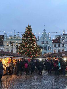 Päivä alkaa mennä mailleen Tallinnassa ja tunnelma tiivistyy joulutorilla.