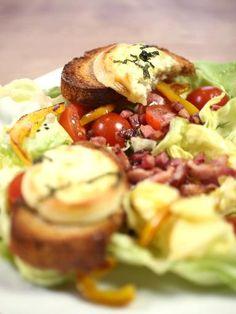 poivron rouge, pain de campagne, tomate, salade, huile d'olive, ail, pélardon, lardons, basilic