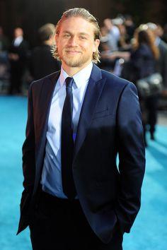 Pin for Later: De Jeune Acteur à Superstar, Retour Sur L'évolution de Charlie Hunnam  En Juillet 2013, Charlie était à Londres pour l'avant première Européenne de Pacific Rim.