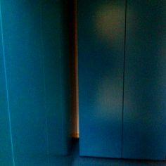 Nu är de petroleum blå garderoberna på plats. Saknas dock en del passbitar. Här ser man även hur gummigolvet i samma kulör flyter samman med garderoberna..