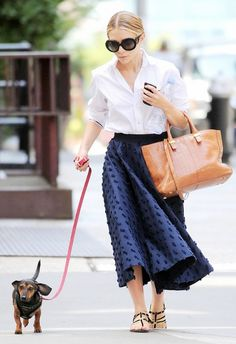 15 Trends The Olsen Twins Made Us Love Ballet Skirts Ashley Olsen looks better than most people do at their weddings when she's walking her dog people. My stretch pants and I give up. Mary Kate Ashley, Corporate Wear, Street Style Outfits, Mode Outfits, Fashion Outfits, Office Looks, Australian Style, Olsen Fashion, Olsen Twins Style