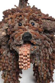Mi perro es una bicicleta reciclada  La escultora israelí Nirit Levav recicla viejas cadenas de bicicleta y otras piezas como engranajes, sillines o pedales transformándolas en realistas esculturas de perros.   Realiza todos sus modelos a escala natural.   Busca el material para sus creaciones en tiendas de bicicletas y chatarrerías, que recorre con regularidad. Tuvo la idea de hacer su primer perro al observar un un montón de desechos de metal que su mente imaginó como un perro.