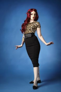 Rockabilly pinup with red hair wearing leopard shirt and long black pencil skirt standing pose Rockabilly Mode, Rockabilly Outfits, Rockabilly Fashion, Retro Fashion, Vintage Fashion, Rockabilly Clothing, Pin Up Mode, Moda Pinup, Pin Up Style