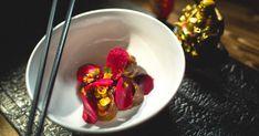 Le jeune chef Minh Phat prépare un classique de la cuisine chinoise : des dumplings au canard. Il les cuisine avec de la peau de betterave et une farce au canard confit et purée de shiitakes, puis y ajoute des touches québécoises comme de la crème et du beurre pour plus d'onctuosité! Saveur, Ravioli, Dumplings, Panna Cotta, Pudding, Ethnic Recipes, Desserts, Food, Restaurants